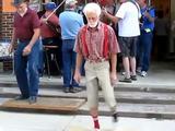 Mann tanzt zu House Musik