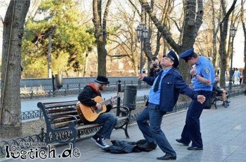 Tanzende Polizisten