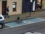 Der Rollstuhl-Parkplatz